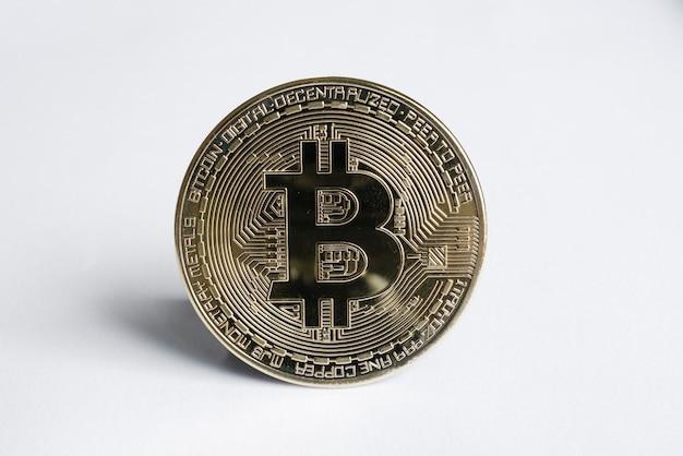 Вид вертикального биткойна на белом. виртуальная криптовалюта
