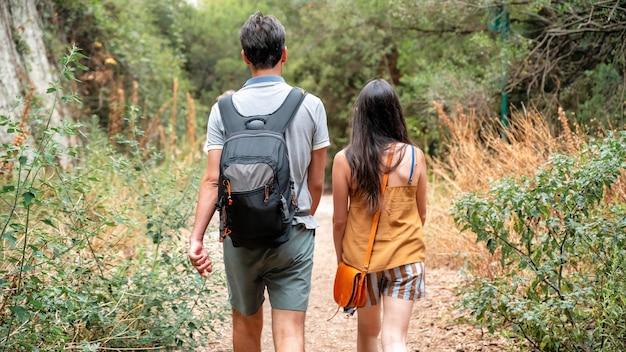サントマルグリット島、フランスの散歩カップルのビュー