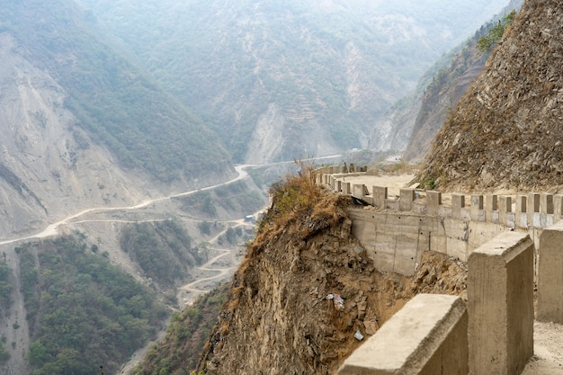 네팔 산의 구불구불한 도로의 전망