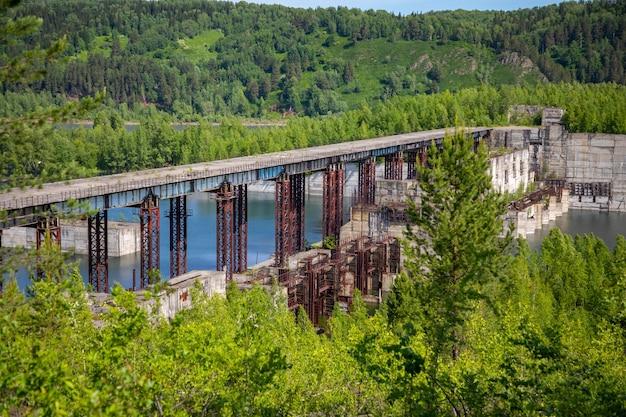 Вид на заброшенную гидроэлектростанцию на реке тайдон сибирь россия