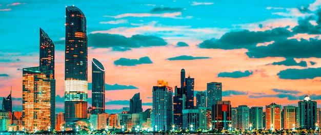 アラブ首長国連邦、日没時のアブダビのスカイラインの眺め