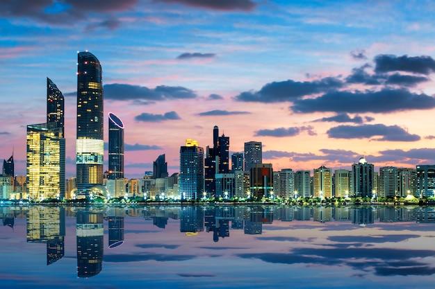 Вид на горизонт абу-даби на закате, объединенные арабские эмираты