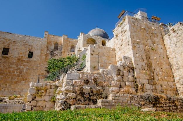 이스라엘 예루살렘의 올드 시티에있는 데이비슨 센터에서 알 아크 사 모스크의보기