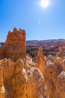 Вид на удивительные образования песчаника худу в живописном национальном парке брайс-каньон. сша