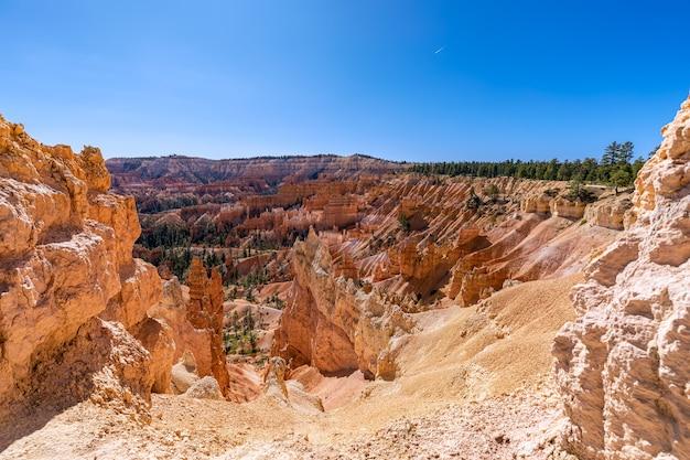 Вид на удивительные образования песчаника худу в живописном национальном парке брайс-каньон в солнечный день. юта, сша