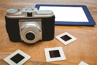 古いカメラと青いタブレットの眺め