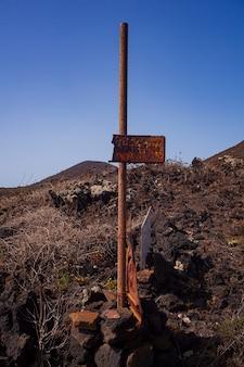 Вид на старые ржавые вывески на лавовом холме линоза. сицилия