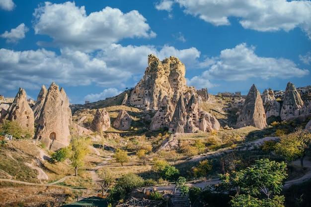 Вид на древнюю крепость учхисар, солнечный день