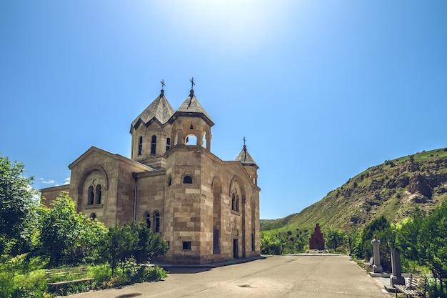 Вид на древнюю каменную церковь изучает армению