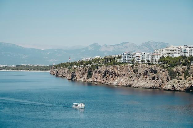 Вид на анталию, турцию и средиземное море панорама анталии в летнюю солнечную погоду турецкий ...