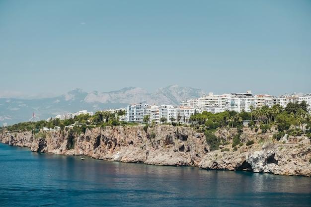 Вид на анталию, турцию и панораму средиземного моря на анталию в летнюю солнечную погоду