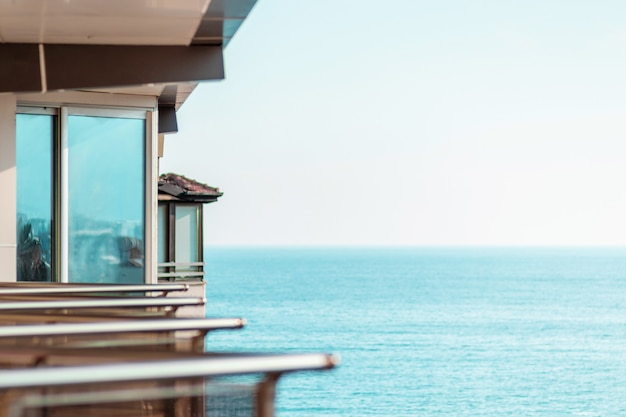 Вид на многоквартирные дома на берегу моря.