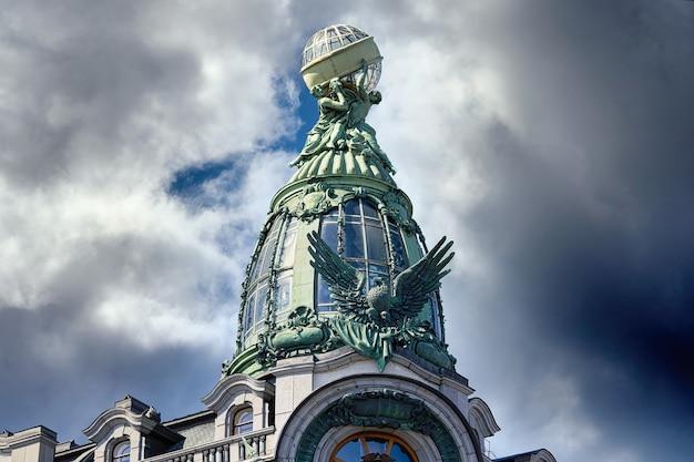 상트페테르부르크의 유명한 가수 집 건물의 건축 세부 사항 보기