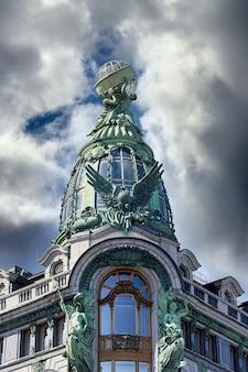 상트페테르부르크에 있는 유명한 싱어 하우스 빌딩의 건축 세부 사항을 볼 수 있습니다. 책의 집 도시 랜드마크