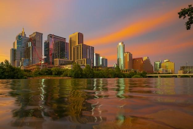米国テキサス州オースティンのダウンタウンのスカイラインの眺め。夜の夕日の街。