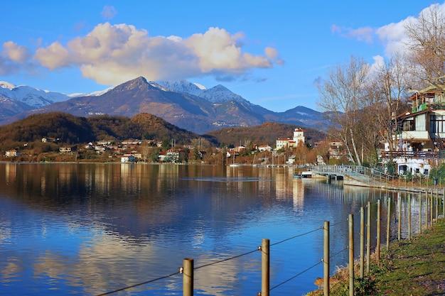 Avigliana 마을과 산이 있는 호수의 전망