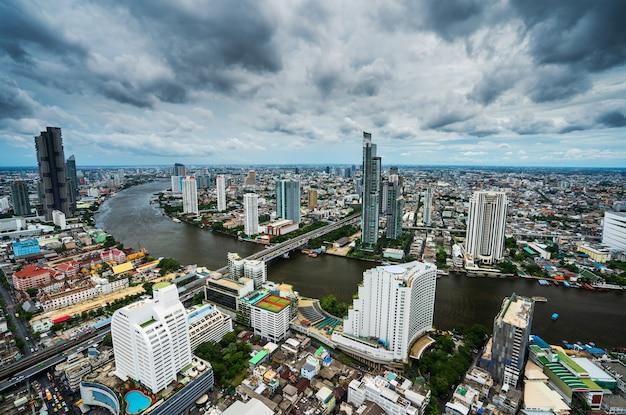 Вид на город бангкок с рекой чао прайя, таиланд