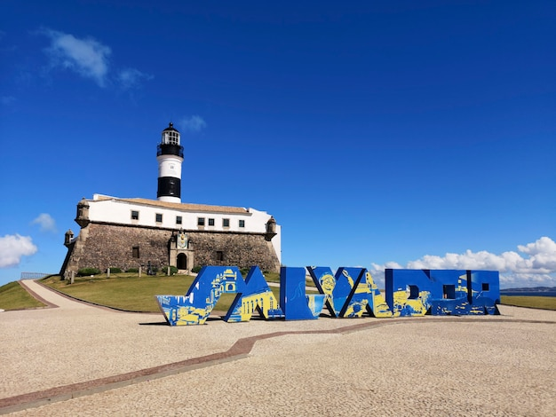 Вид на маяк барра с названием сальвадор в городе сальвадор баия бразилия.