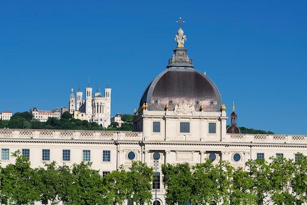 Вид на базилику нотр-дам-де-фурвьер и отель dieu