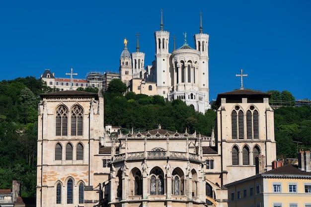 Вид на базилику нотр-дам-де-фурвьер и собор сен-жан