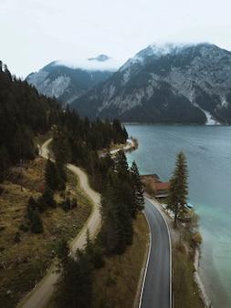 Вид на баварские альпы, горные хребты в германии