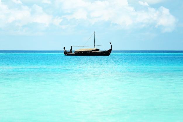 리조트에서 배와 아름다운 푸른 바다 물보기