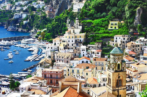 Вид на красивый прибрежный город амальфи, италия