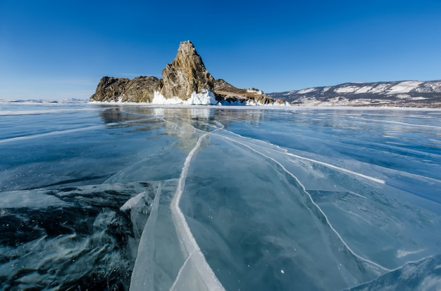冬、ロシアのバイカル湖の表面に亀裂と深いガスの泡から氷の上の美しい図面の表示