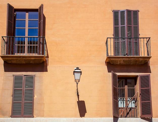 팔마 데 마요르카의 아름다운 일반 카탈로니아 거리보기