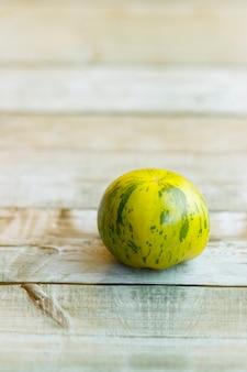 木製の美しいグリーンゼブラトマトのビュー