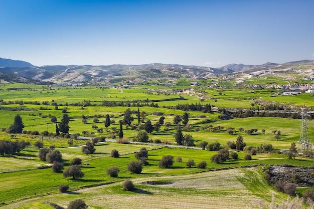 봄철에는 푸른 하늘과 구름이 있는 화창한 날에 신선한 녹색 초원과 산꼭대기가 있는 아름다운 풍경의 전망을 감상하실 수 있습니다.