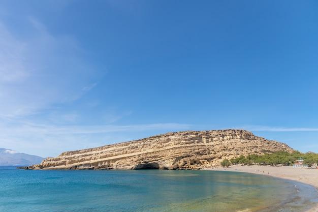 Вид на красивый пляж матала со скалами на острове крит