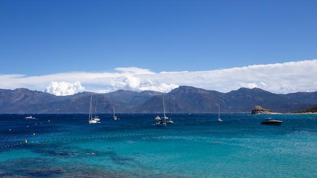 コルシカ島、フランスの美しい自然海の景色は雲空の背景です。水平ビュー。