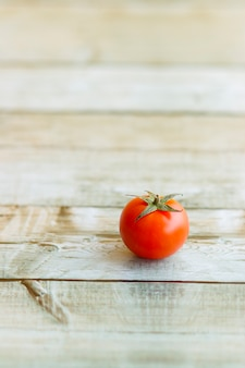 木製のテーブルに美しい赤いチェリートマトのビュー