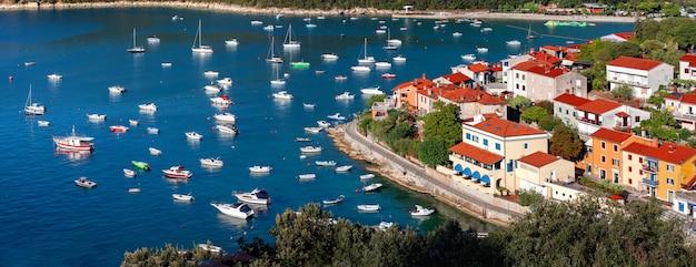 Вид на красивый курортный город рабац на заливе кварнер в истрии, хорватия
