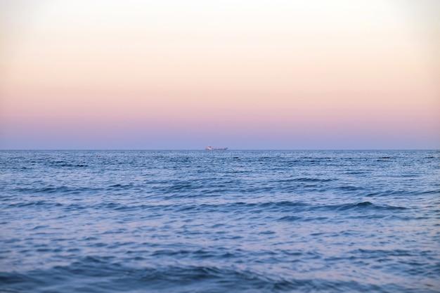 해변에서 아름다운 일몰보기