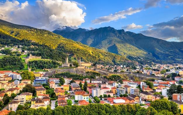 3 개의 성이있는 bellinzona의 전망. 스위스 티치노