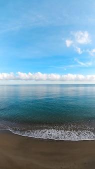 Вид на синее море с красивым облачным небом