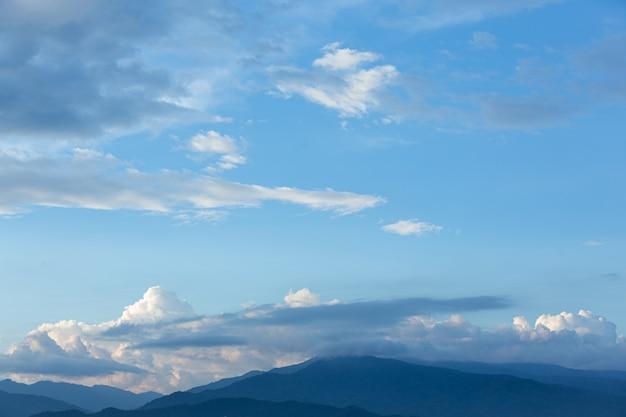 青い空と雲の眺め。自然の背景
