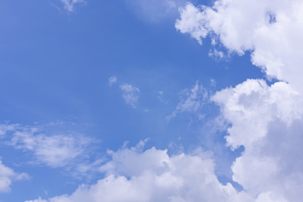 Вид на голубое небо и облака