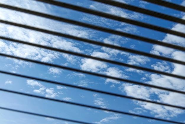 Jalousie抽象化と背景を通して青い空の眺め