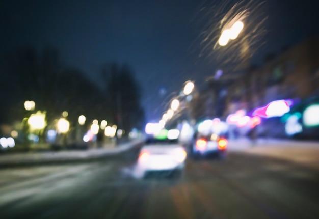 たくさんの車とドライバーの目からの光があるぼやけた道の眺め