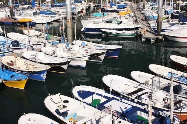 Вид лодок в гавани