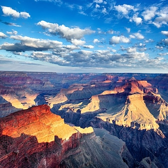 アメリカ合衆国、日の出の息を呑むようなグランドキャニオンの眺め