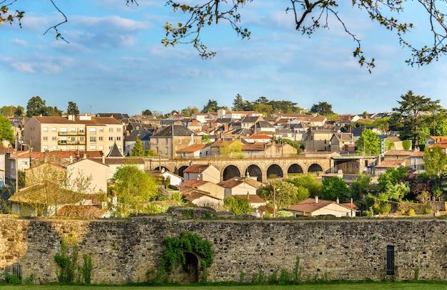 프랑스의 성에서 bressuire 마을의 전망