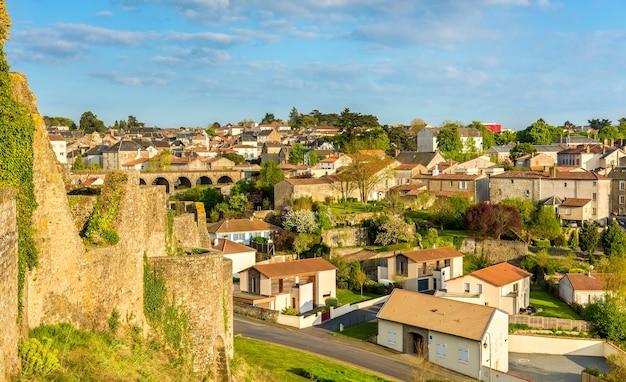 Вид города брессюир из замка во франции