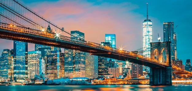 夜、ニューヨーク、アメリカ合衆国のブルックリン橋の眺め