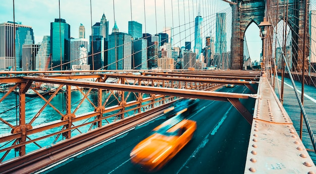 뉴욕시에서 브루클린 다리의 전망. 특수 사진 처리.