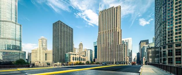 建物とシカゴの道路の表示
