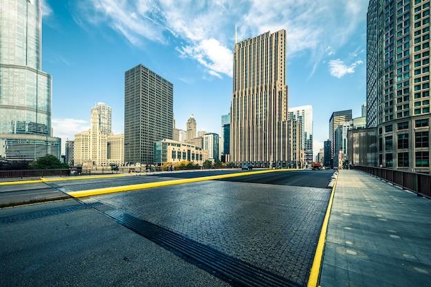 Вид на здания и дороги в чикаго